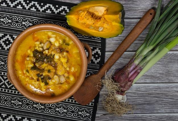 Plato e ingredientes del locro norteño, típico para celebrar las fiestas patrias en argentina. gastronomia tradicional