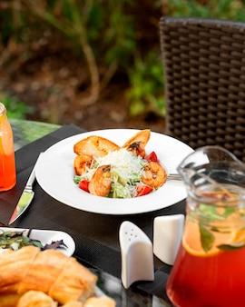 Un plato de ensalada césar de camarones en la terraza del restaurante