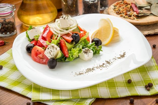 Plato de ensalada verde con verduras, vista superior