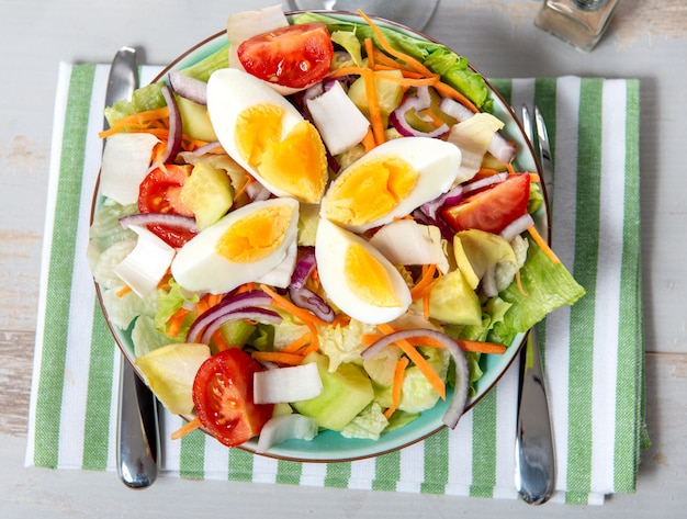 Plato de ensalada de verduras con huevos