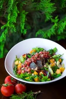 Un plato de ensalada de verduras con pistacho.