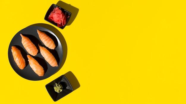 Plato de espacio de copia con rollos de sushi fresco