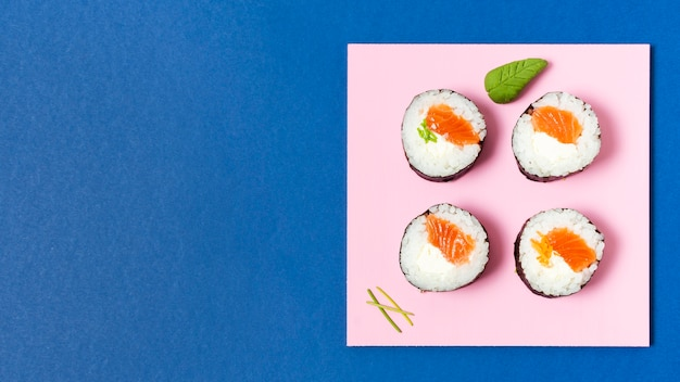 Plato de espacio de copia con rollos de sushi