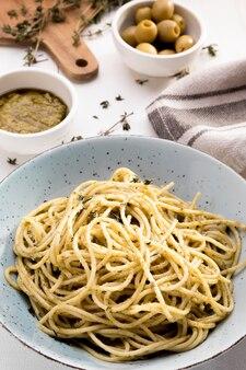 Plato con espagueti en el escritorio