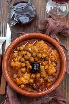 Plato español callos callos de ternera estofado con garbanzos morcilla y chorizo en cuenco de cerámica