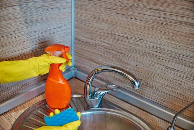 Plato de esponja con jabón de lavavajillas.