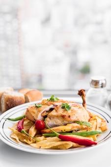 Plato de filete de pollo y diferentes verduras.