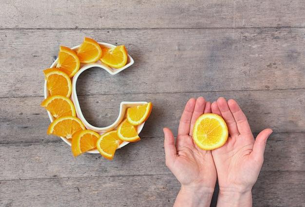 Plato en forma de letra c con rodajas de naranja.
