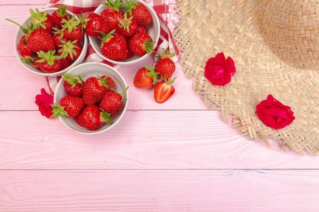 Plato de fresas con sombrero
