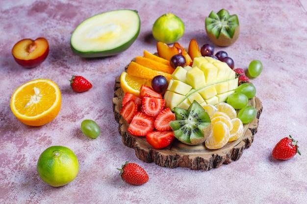Plato de frutas y bayas, cocina vegana.