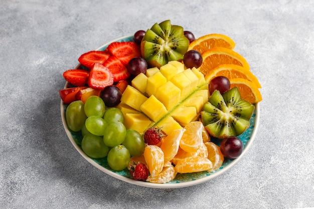 Plato de frutas y bayas