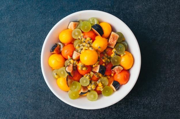 Plato de frutas saludables. enfoque selectivo. tazón de mango cortado colorido, higos, uva y papaya