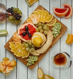 Plato de frutas en la vista superior de la mesa