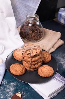 El plato de galletas con canela