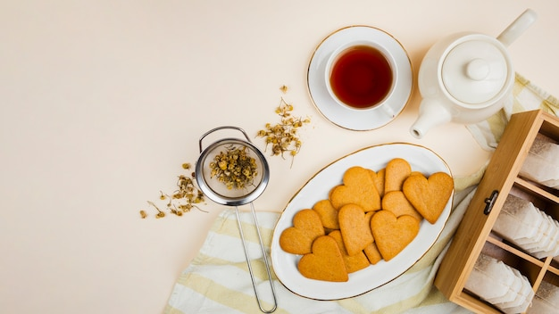 Plato de galletas en el fondo plano