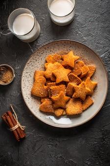 Plato con galletas y leche de diferentes formas.