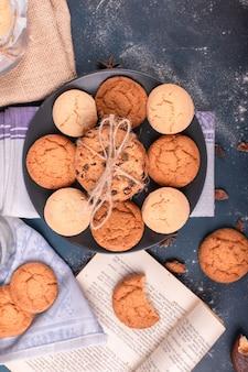 Plato de galletas y libro