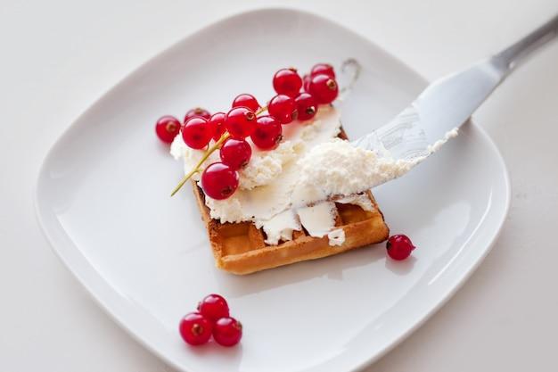 Plato de gofres belgas con queso crema