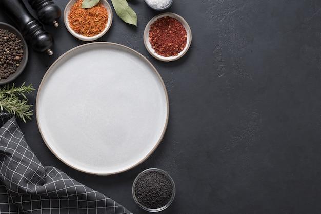 Plato gris y especias para cocinar y marinar. espacio para texto. vista superior.