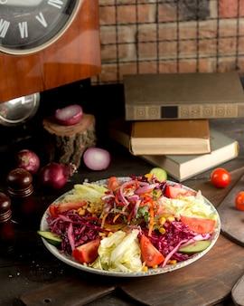 Plato de guarnición de estilo turco con encurtidos y ensaladas de verduras