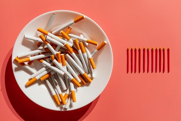 Plato con hábito de cigarrillos