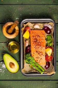 Plato para hornear con filete de salmón crudo fresco, verduras