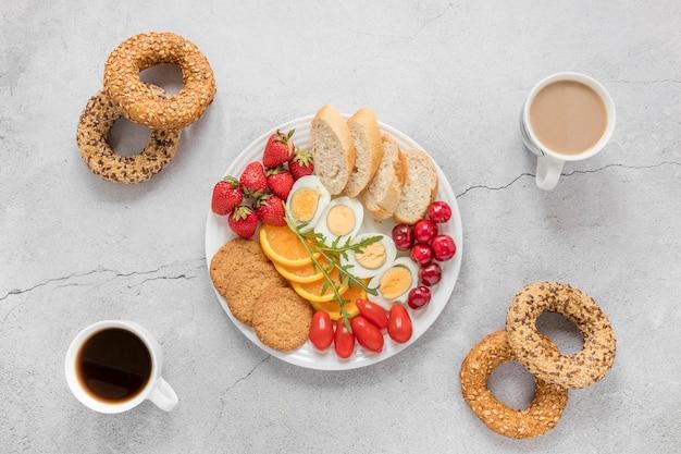 Plato con huevo cocido frutas y verduras