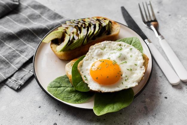 Plato con huevo frito en la mesa