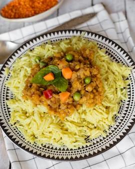 Plato indio tradicional con primer plano de arroz