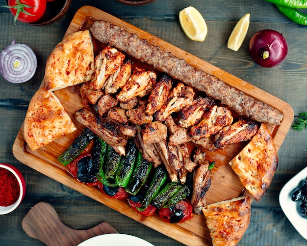 Plato de kebab con pollo a la parrilla costillas de kebab de lula kebab y pimientos asados