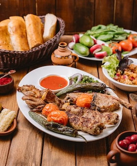 Plato de kebab con verduras de pollo cordero tikka y lula kebabs verticales
