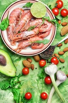 Plato con langostinos grandes y verduras de temporada.