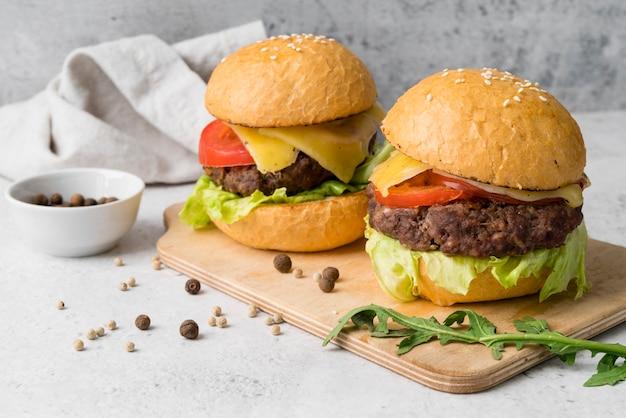 Plato de lujo deliciosas hamburguesas y especias