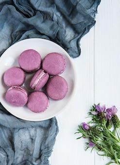 Plato con macarons de lavanda.