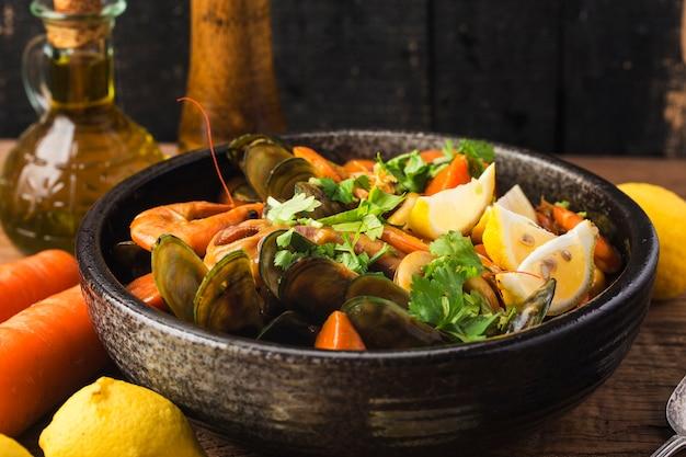 Un plato de mariscos al curry.