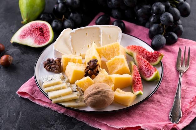 Plato de mezcla de queso con frutas