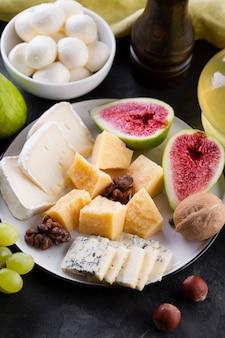 Plato de mezcla de queso con higos