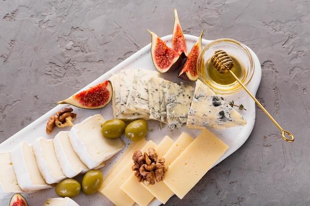 Plato de mezcla de queso con miel
