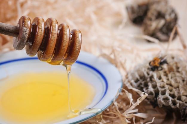 Plato de miel con panales