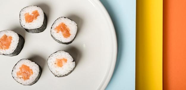 Plato minimalista con primer plano de rollos de sushi