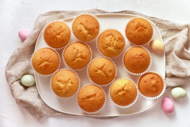 Plato de muffins de limón y huevos de mazapán
