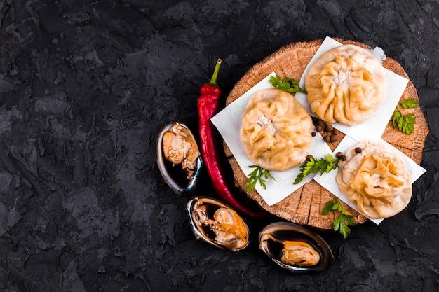 Plato de ostras y albóndigas con espacio de copia