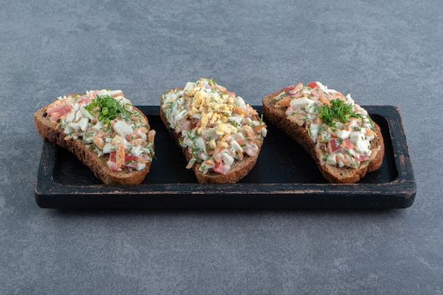 Plato de pan tostado con ensalada fresca