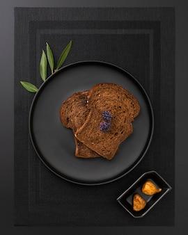 Plato de pan tostado sobre un paño oscuro