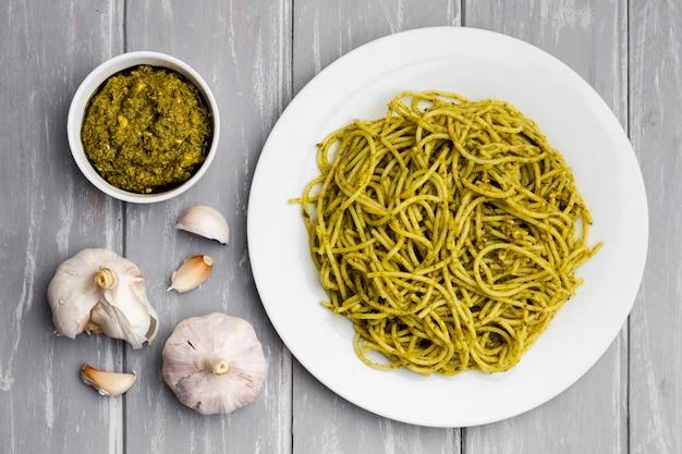 Plato de pasta con ajo y salsa