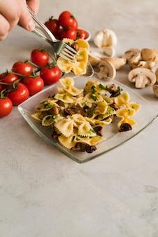 Plato de pasta con champiñones y tomates