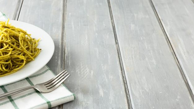 Plato de pasta italiana con tenedor