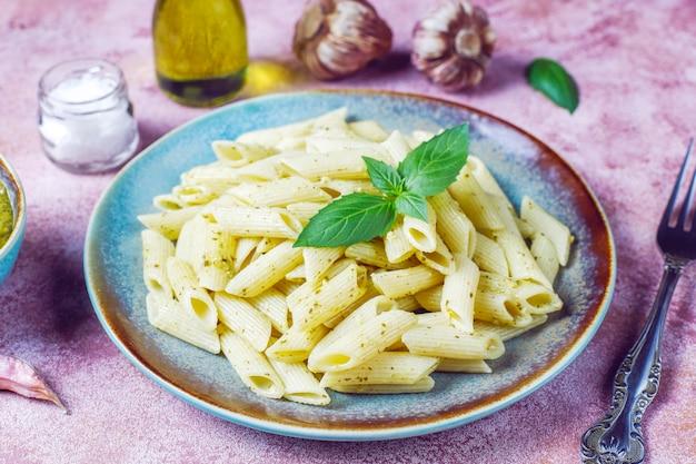 Plato de pasta con salsa pesto casera.