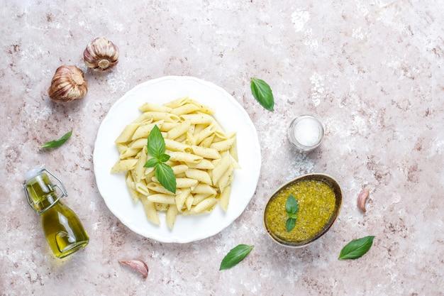 Plato de pasta con salsa de pesto casero.