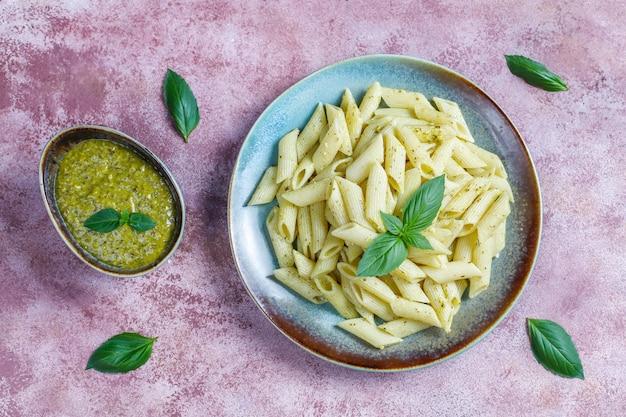 Plato de pasta con salsa de pesto casero